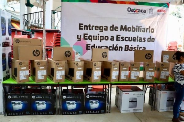 Sin precedentes, el IEEPO entregó mobiliario escolar, equipo de cómputo y audiovisual a escuelas de educación básica