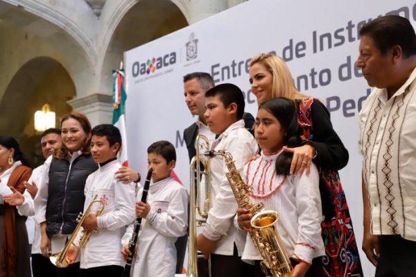 Entrega Alejandro Murat instrumentos musicales a la Banda Filarmónica de Ayutla, Mixe