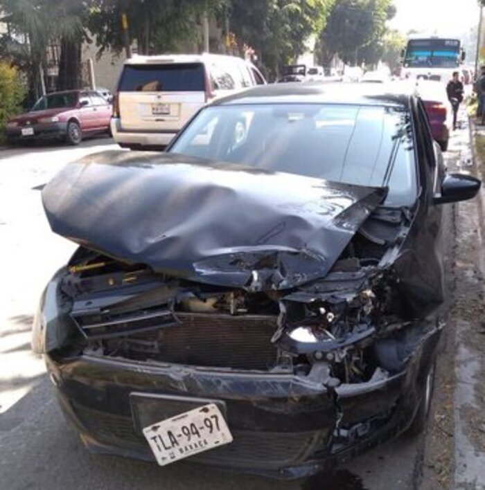 Chocan urbano y automóvil en Oaxaca