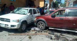 Vehículo se estrella contra tianguis en Pochutla