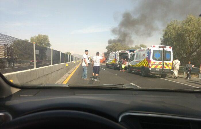 Tráiler embiste a camioneta donde viajaban peregrinos en la México-Pachuca