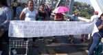 Padres de familia bloquean puente de fierro en Tehuantepec
