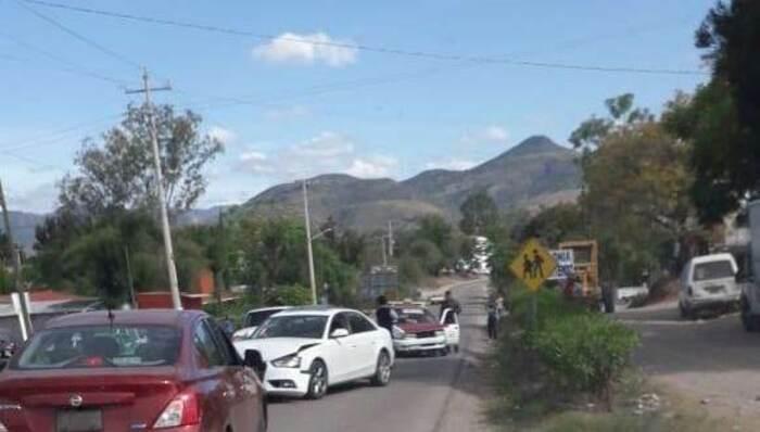 Choque en Huajuapan deja daños materiales