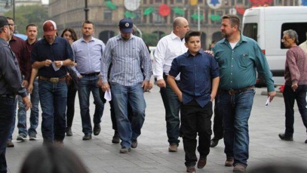 Familia LeBarón arriba a Palacio Nacional para reunión con AMLO