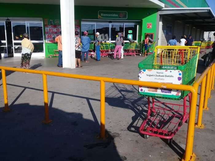 Manifestantes cierran tienda comercial en Juchitán