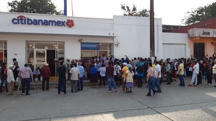 Beneficiarios de programas federales protestan contra banco de Matías Romero