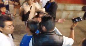 Personal del Presidente de Oaxaca, reprime y roba celular a manifestantes en su informe