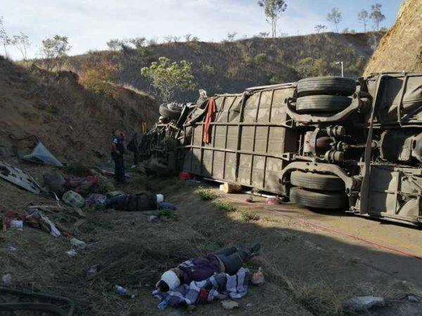 Atiende Gobierno accidente de autobús en carretera de Oaxaca