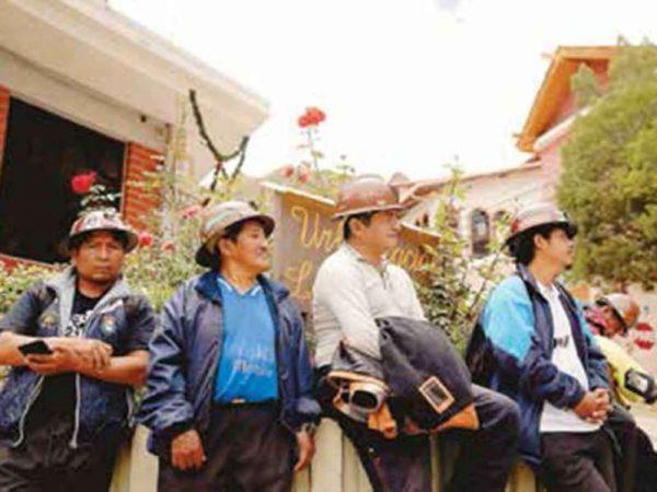 Civiles se unen a cerco en embajada en México