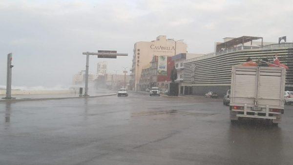 Se sale el mar en Boca del Río; cierran boulevard Ávila Camacho