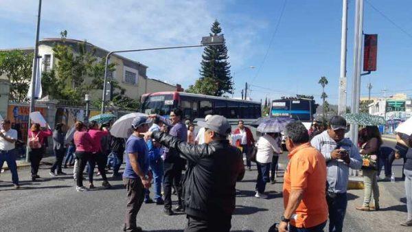 Ahora son padres de familia quienes bloquean crucero en Oaxaca, para exigir justicia