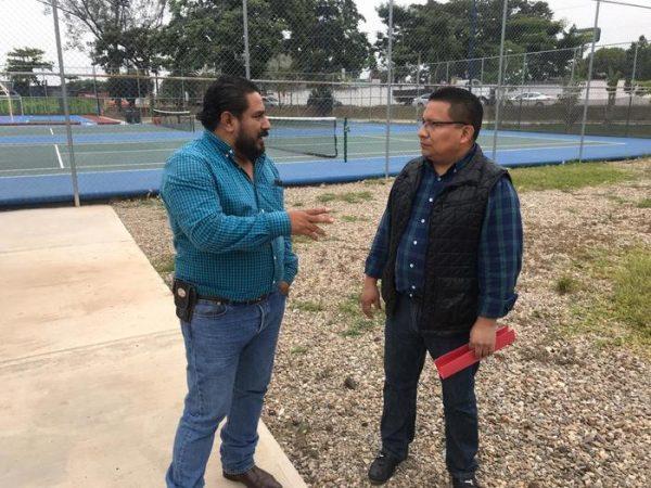 Empresa entrega trabajos de pintura de la unidad deportiva de Tuxtepec