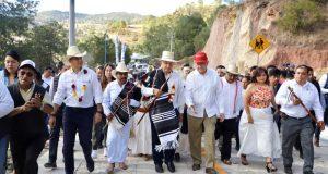Asegura AMLO que la gente está gobernando en México; inaugura camino en Oaxaca