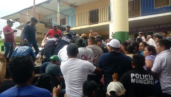 TEEO reinstala a Víctor Mendoza como Presidente de Ayotzintepec, la gente lo encarcela