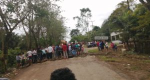 Padres de Familia bloquean carretera a Cerro de Oro, piden que se componga camino