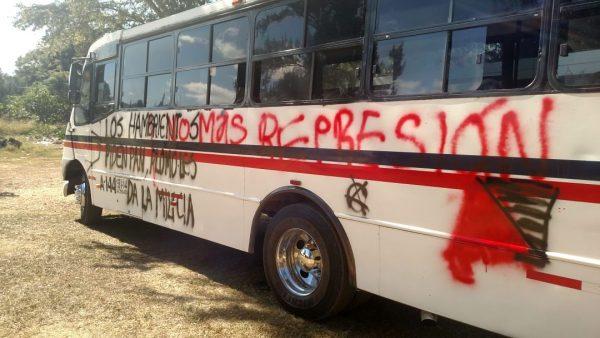 Guardia Nacional impide a normalistas tomar la caseta de cobro de Huitzo