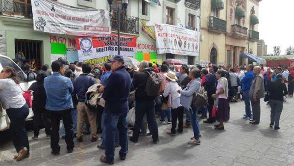 Bloquean jubilados calles y toman Sección 22 en Oaxaca