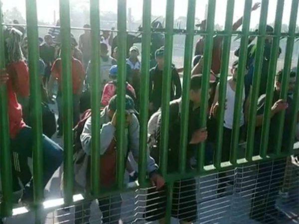 Migrantes llegan a frontera sur de México y se enfrentan a GN