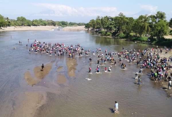 Migrantes intentan cruzar a México por el Río Suchiate
