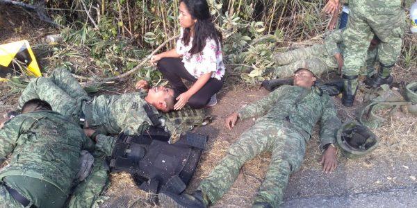 Tres muertos y 27 heridos, saldo de volcadura de camión de militares en Oaxaca