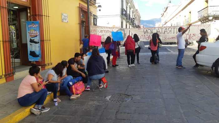 Egresados de normales, cierran calle frente al edificio sindical de la 22