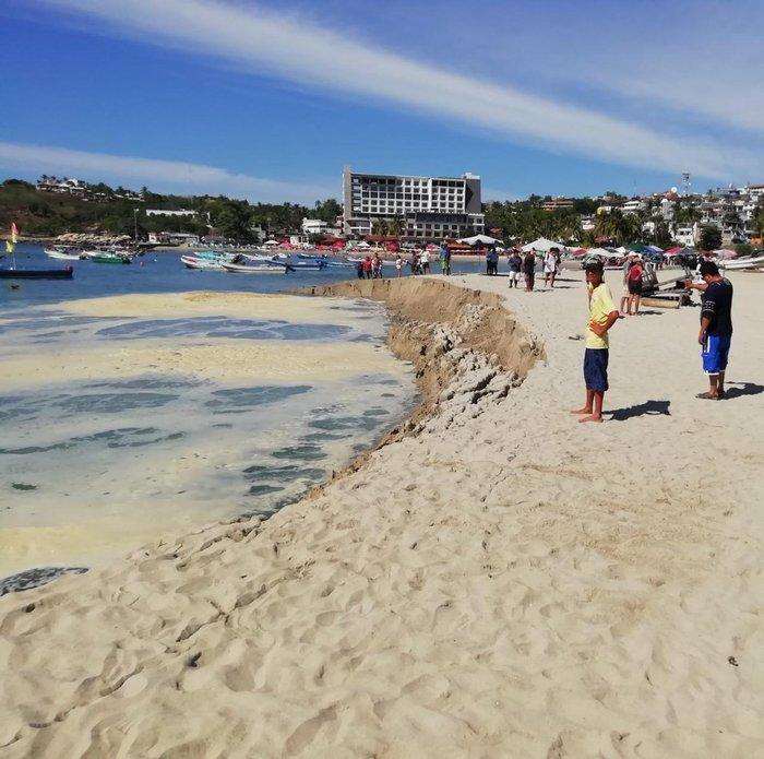Reportan desmoronamiento de playa en Oaxaca