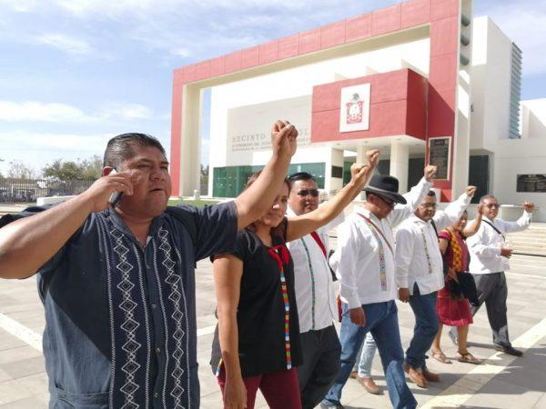 Maestros de nivel indígena se manifiestan en el congreso, piden reconocimiento del DGEPOO