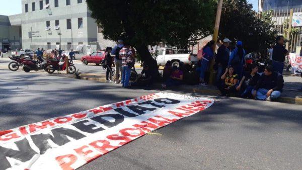 Integrantes del STEUABJO marchan y bloquean Junta Local de Conciliación