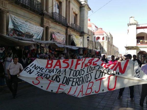 Se manifiestan trabajadores del STEUABJO en Palacio de Gobierno de Oaxaca