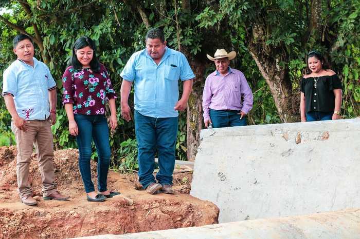 Regidores realizan supervisión de obras en proceso en San José Chiltepec