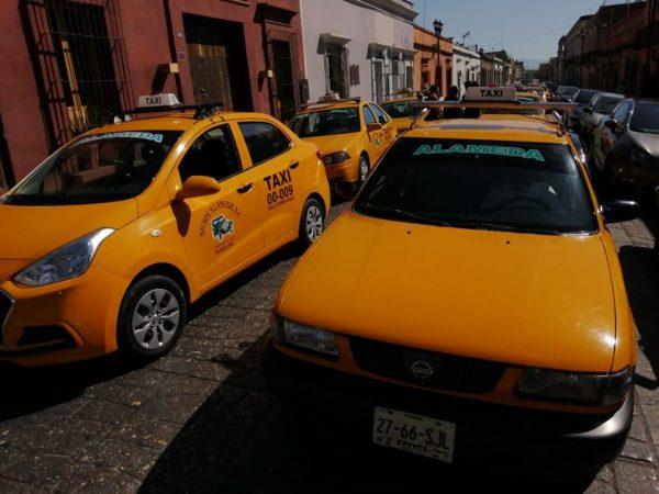 Taxistas bloquean calles de Oaxaca, para pedir diálogo con el edil