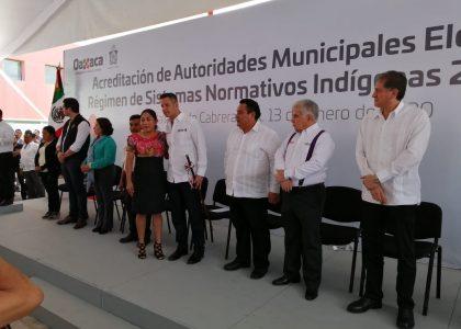 Presidenta de Xanica recibe acreditación de manos del Gobernador