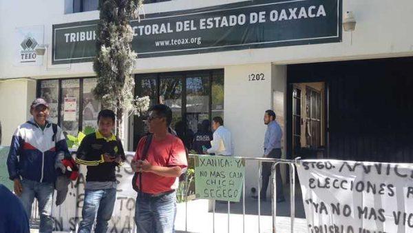 Grupo de habitantes de Santiago Xanica toman oficinas del TEEO
