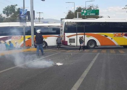 Habitantes de Teopoxco bloquean crucero del estadio de Oaxaca; aseguran será indefinido