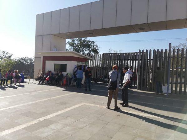Trabajadores de base se manifiestan y cierran acceso principal del congreso del estado