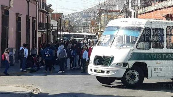Bloquean normalistas calles en la ciudad de Oaxaca, otra vez utilizan urbanos
