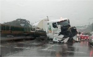 Accidente de trailer provoca cierre dela autopista Puebla-Veracruz