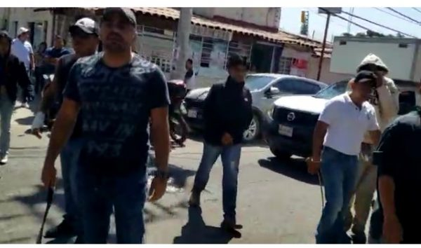"""Manifestantes de Tutla agreden a """"cinturonazos"""" a periodistas en Oaxaca"""