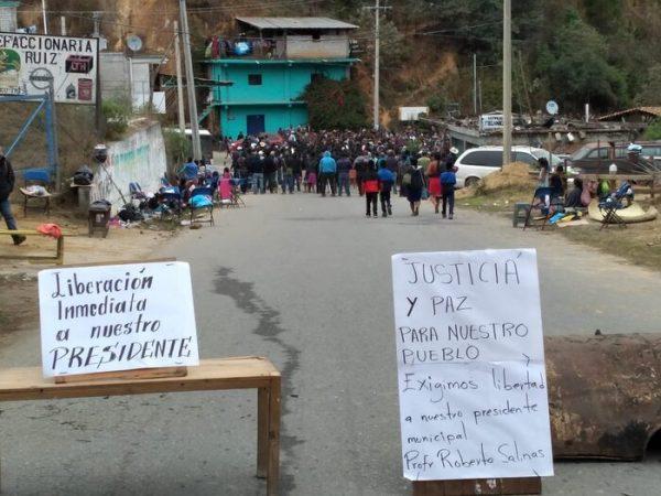 Yaitepec mantienen bloqueo para exigir liberación de su presidente