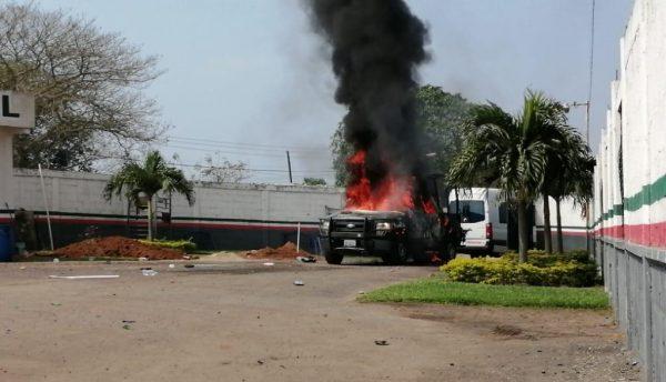 Incendian patrulla en Ciudad Isla, pobladores se enfrenta con la fuerza civil