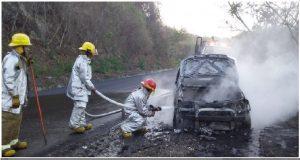 Vehículo se incendia y es pérdida total, en Costas de Oaxaca