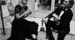 Joaquin Phoenix celebra su victoria en los Oscar comiendo una hamburguesa