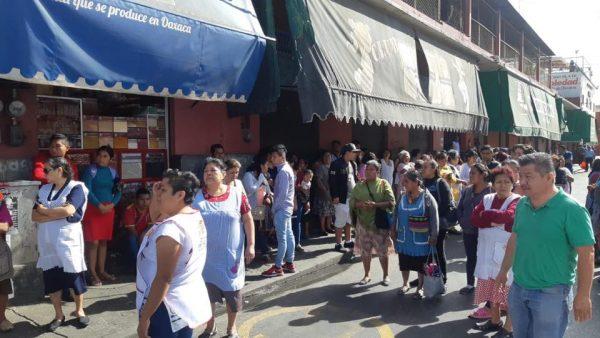 Locatarios oaxaqueños del mercado 20 de Noviembre, bloquean calles céntricas