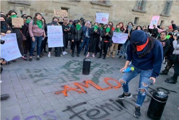 La 'Mañanera' de AMLO inicia entre gritos de justicia por feminicidios en México