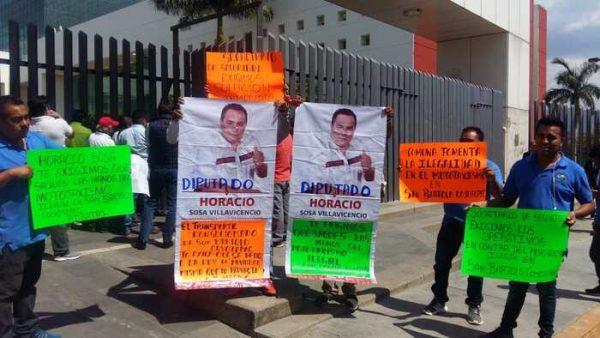 Mototaxistas de Coyotepec acusan al presidente del congreso de pirataje, él lo niega