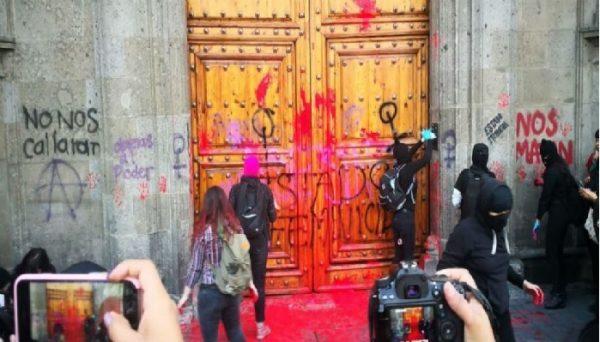 Protestan mujeres por feminicidio de Ingrid Escamilla; hacen pintas en Palacio Nacional