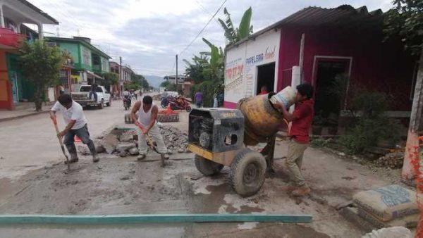 Rehabilitan calle en Valle Nacional, previo a la fiesta anual al Santo patrón