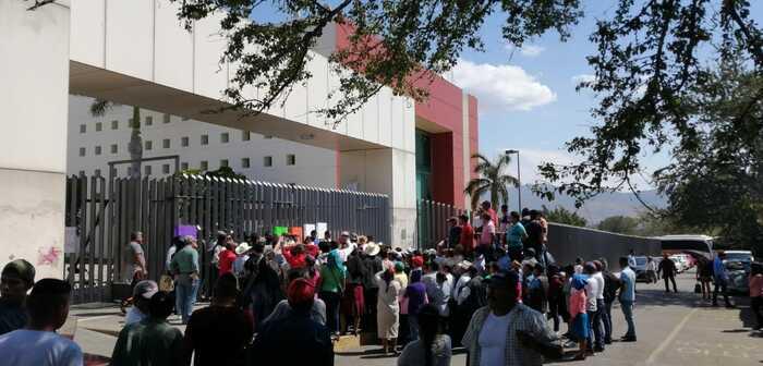 Segundo día de manifestación, habitantes de Teopoxco llegan al congreso del estado