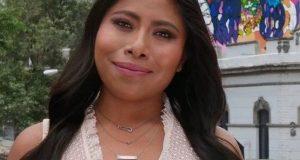 Yalitza Aparicio llega en impresionante vestido rojo a los Oscar y termina en chanclas