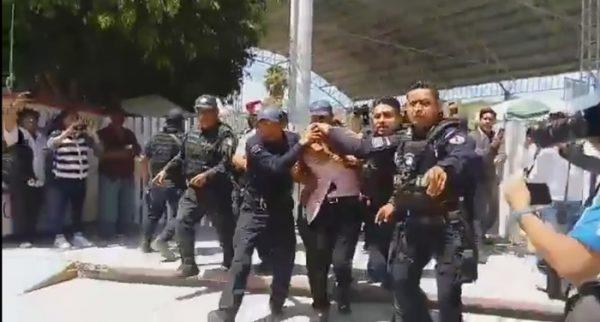 Policía estatal asegura a profesor señalado de acoso sexual en COBAO de Etla